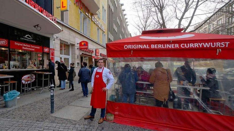 """Das rote Zelt muss weg. Mathias Wolf betreibt """"Curry Wolf"""" in der Rankestraße. Nun soll der Imbiss den Bereich zwischen Gehweg und Fahrbahnrand räumen – wie auch viele andere Wirte."""