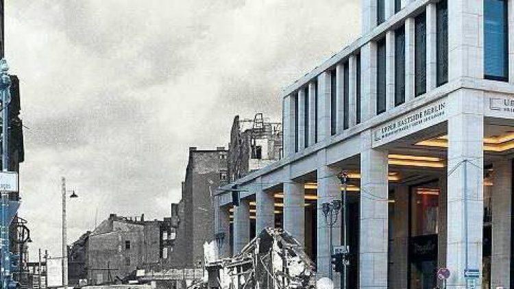"""Das Schweizer Haus an der Ecke Unter den Linden/Friedrichstraße überstand den Krieg weitgehend intakt, vom Café Victoria zu seiner Rechten blieb nur ein Schutthaufen übrig. Heute steht dort der Neubau """"Upper Eastside Berlin""""."""