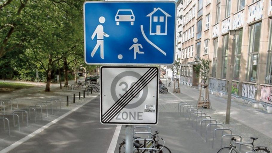 Das Spielstrasse-Hinweisschild in der Gudvanger Straße in Prenzlauer Berg soll wieder gelten.