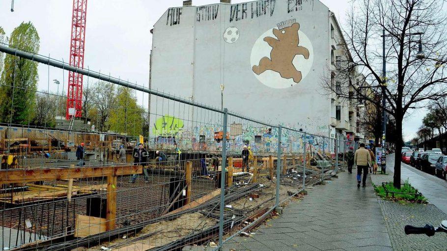 Das Wandbild mit dem spielenden Bären entstand zur 750-Jahr-Feier von Berlin.