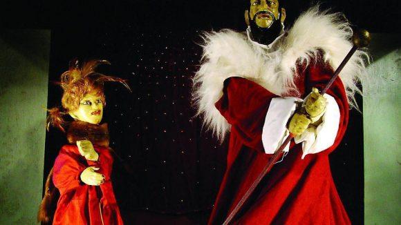 """Szene aus dem Stück """"Angsthase-Pfefferhase"""" auf der Bühne des Weiten Theaters, das 2013 einen Workshop für Kinder zum Kennenlernen der unterschiedlichen Darstellungsformen mit Puppen anbietet."""
