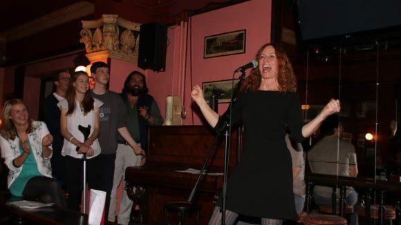 """Sie feierten gemeinsam mit dem Rest der Crew im Irischen Pub """"The Harp"""" in Charlottenburg ..."""
