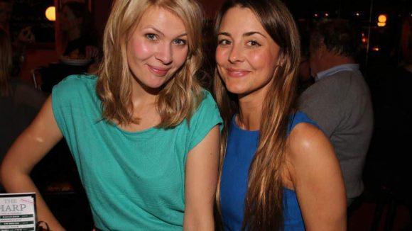 Tina Amon Amonsen mit ihrer Serienschwester Luisa Wietzorek (rechts).