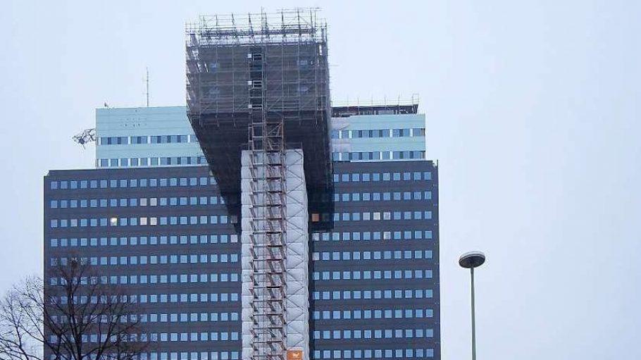 """Dauerbaustelle. Das ehemalige Philips-Hochhaus wird – ganz allmählich – zum Hotel der spanischen """"Riu""""-Kette."""