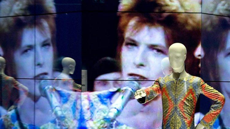 Wer sich für ein bestimmtes Zeitfenster entscheidet, kann die David Bowie-Ausstellung im Gropius-Bau durch einen Extra-Eingang betreten und vermeidet Warteschlangen.