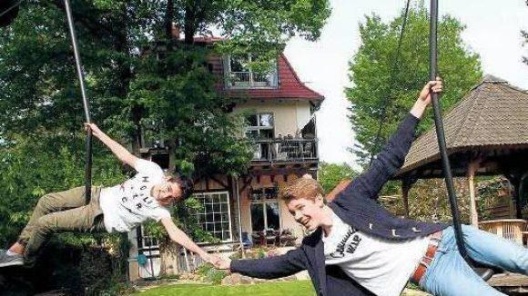 Einfach mal abhängen. Auch wenn David Ehebald und sein Bruder so langsam zu groß für manche Gartenspielerei ihres Vaters sind: Spaß haben sie immer noch.