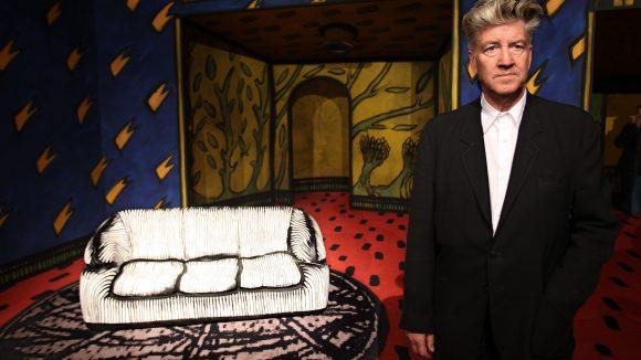 Bald dreht David Lynch die Fortsetzung von Twin Peaks. Aber vorher kommt er nochmal kurz nach Hellersdorf.