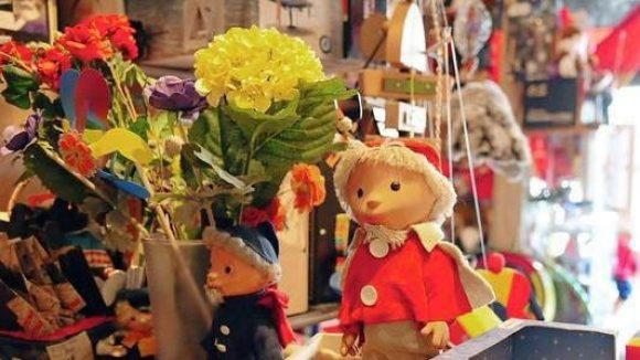 Es gibt viel zu entdecken im Keller von Onkel Philipp's Spielzeugwerkstatt.