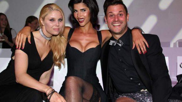 Ob diese drei die Fashion Challenge bestanden hätten? Die Model-Busenfreundinnen Yvonne Woelke (l.) und Micaela Schäfer mit Designer Matthias Maus.