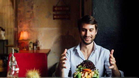 Ein Mann, ein Burger und ganz viel Liebe. Deliveroo sorgt dafür, dass du dich nicht ums Kochen, sondern nur ums Aufessen kümmern muss.