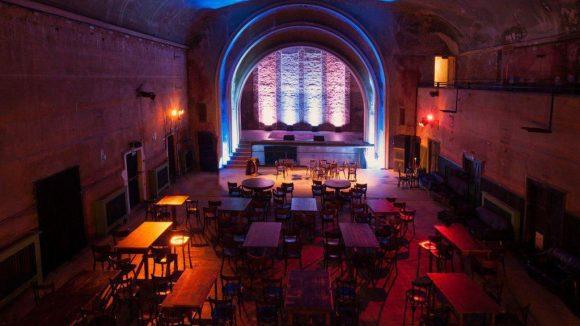 Der Kinosaal mit Bühne und flexibler Zuschauer-Tanzfläche.