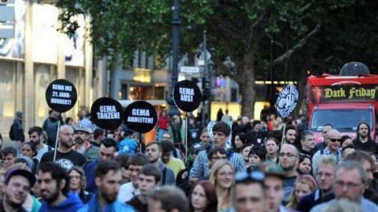 Rund 4000 Demonstranten brachten am Donnerstag auf dem Kurfürstendamm ihren Unmut in Sachen Gema-Reform zum Ausdruck.