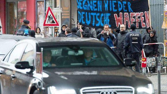 """Hauptsache Demo. Trillerpfeifen und Spruchbänder gehören in Kreuzberg dazu. Von """"Kriegstreiber"""" bis """"Antikommunist"""" reichten die Schlachtrufe bei der Demonstration gegen Bundespräsident Gauck."""