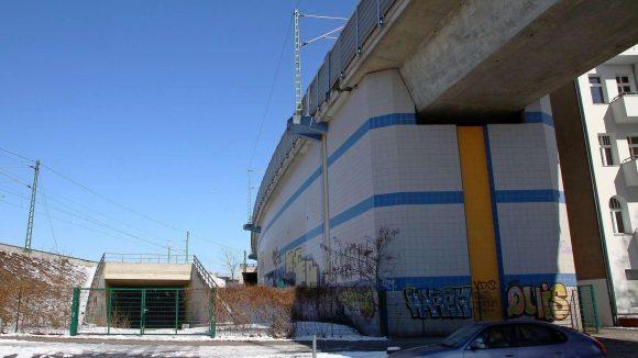 Der Anfang. Links ist der Nordring zu erkennen, rechts die Fernbahnbrücke zum Hauptbahnhof. Durch den Tunnel in der Mitte soll später einmal die S21 führen.