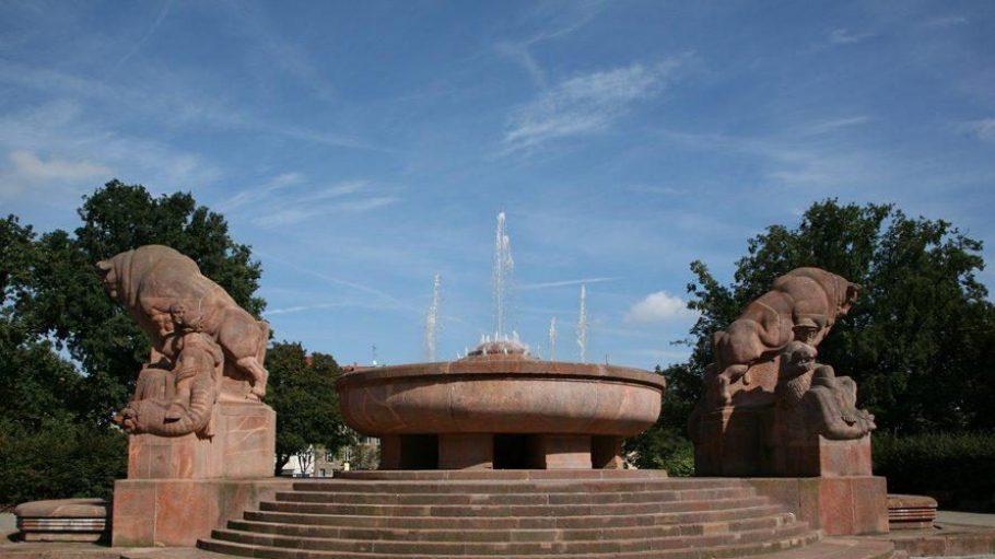 Der Stierbrunnen plätschert auf dem Arnswalder Platz im Bötzowviertel. Er ist auch als Brunnen der Fruchtbarkeit bekannt. Die Parkanlage Arnswalder Platz selbst wurde Anfang des 20. Jahrhunderts gestaltet und steht unter Denkmalschutz.