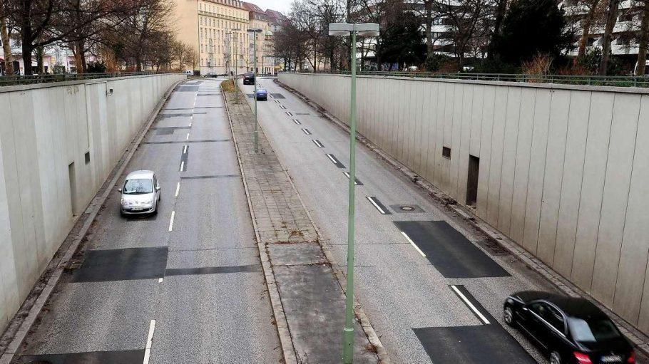 Der Autotunnel der Bundesallee zerschneidet den Platz in zwei Hälften.