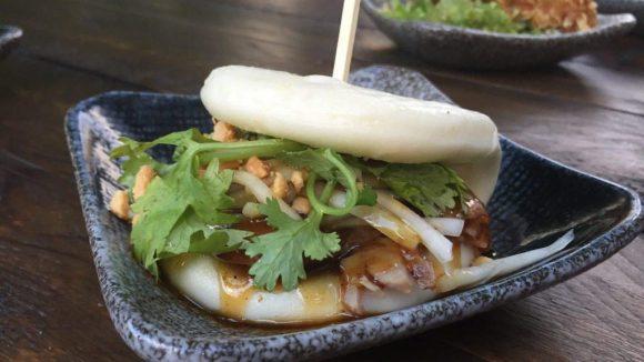 Asiatischer Mini-Burger Bao Bun auf der Terrasse des Akemi Restaurants.