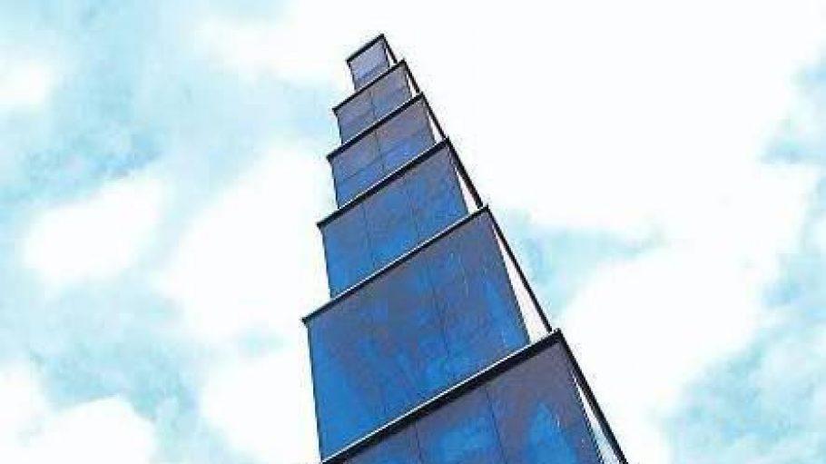 Himmelspyramide. Aus der Ferne sieht der Blaue Obelisk noch gut aus.
