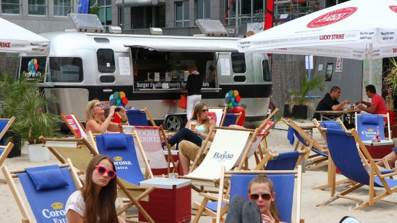 """Touristen statt Stammkundschaft. Der """"Burger de Ville"""" hat am Charlie's Beach mit Umsatzeinbußen zu kämpfen."""