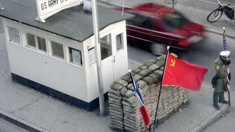 Der Checkpoint Charlie. Ort des Gedenkens mit ramschtouristischem Flair.