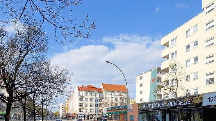 Der einstige Tatort an der Uhlandstraße 103 heute. Am 24. April wird die Gedenktafel für den jungen Deserteur auf der Mittelinsel davor aufgestellt.