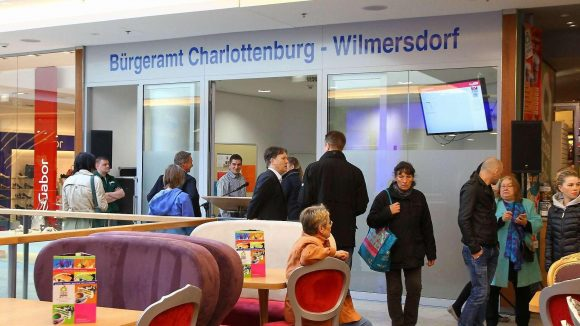 Mehrzweckhalle. Der Empfangsbereich des neuen Bürgeramtes; die Möbel davor gehören zum benachbarten Eisladen.