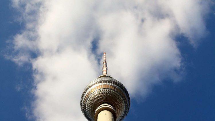Mit 368 Metern Deutschlands höchstes Bauwerk: der Fernsehturm, hier von unten