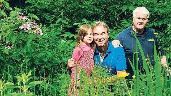 Garten für alle. Bildhauer Blonay Fuchs, seine fünfjährige Tochter Annabelle sowie Mieter und Freund des Hauses Albrecht Broemme sind gerne am Goldfischteich.