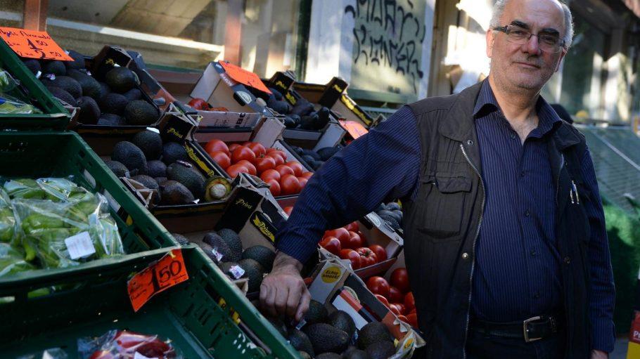 Der Gemüsehändler Ahmet Caliskan vor seinem Laden Bizim Bakkal im Wrangelkiez. Offenbar muss er sein Geschäft jetzt doch schließen.