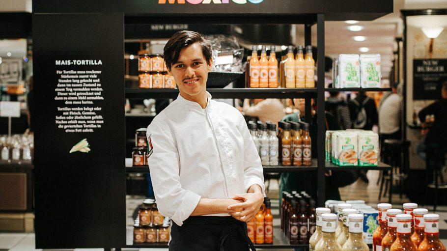 """Jorge Saenz Benavides bringt dir den """"Geschmack von Mexiko"""" näher. Im KaDeWe repräsentiert er die Küche seiner Heimat und bereitet so spannende Gerichte wie Kaktussalat mit Apfel und Oregano-Pesto zu."""