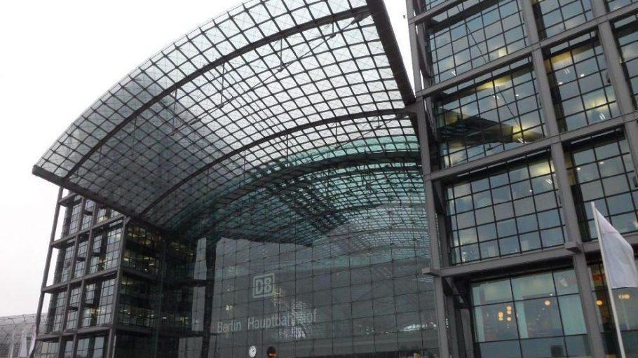In einem imposanten Glasbau verbirgt sich der Berliner Hauptbahnhof. Entworfen hat das Gebäude der Hamburger Architekt Meinhard von Gerkan.