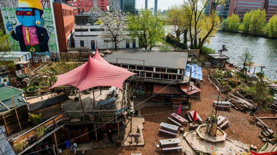 Zum Holzmarkt gehört unter anderem ein Restaurant, eine Kita, ein Club sowie ein Aufnahmestudio. Alles mit Blick auf die Spree, schee.