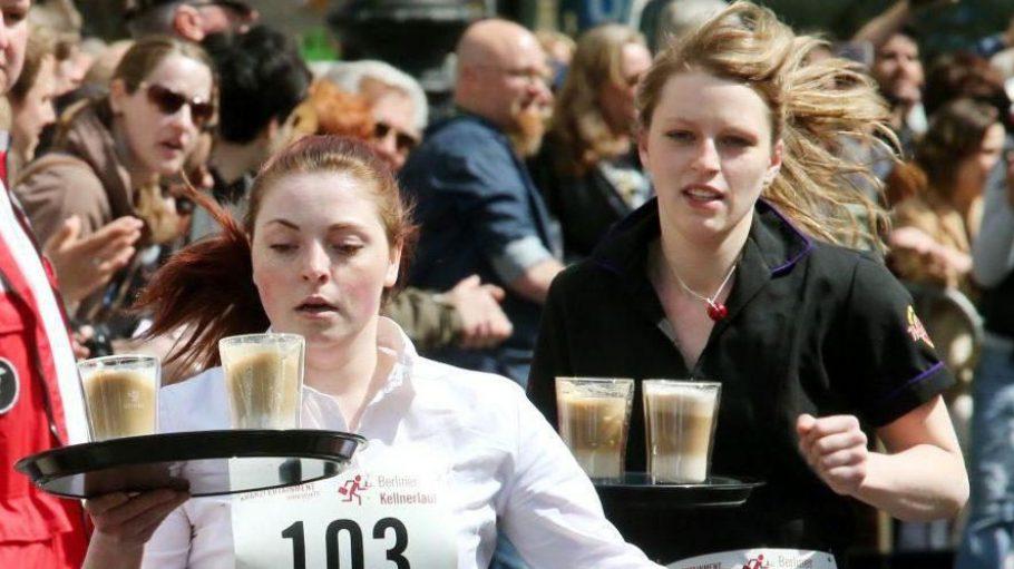 Bloß nichts fallen lassen. Die Teilnehmerinnen in der Kategorie Kellnern laufen um die Wette.