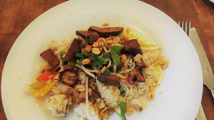 Ein vegetarischer, ausnahmsweise mal nicht so deutscher Lunch im Drei Schwestern: Eine Reispfanne mit Tofu und Cashew-Nüssen.
