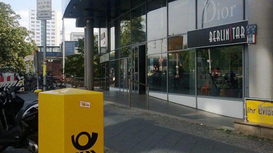 Der neue gelbe Kasten vor dem Jannowitz-Center in der Brückenstraße 6.
