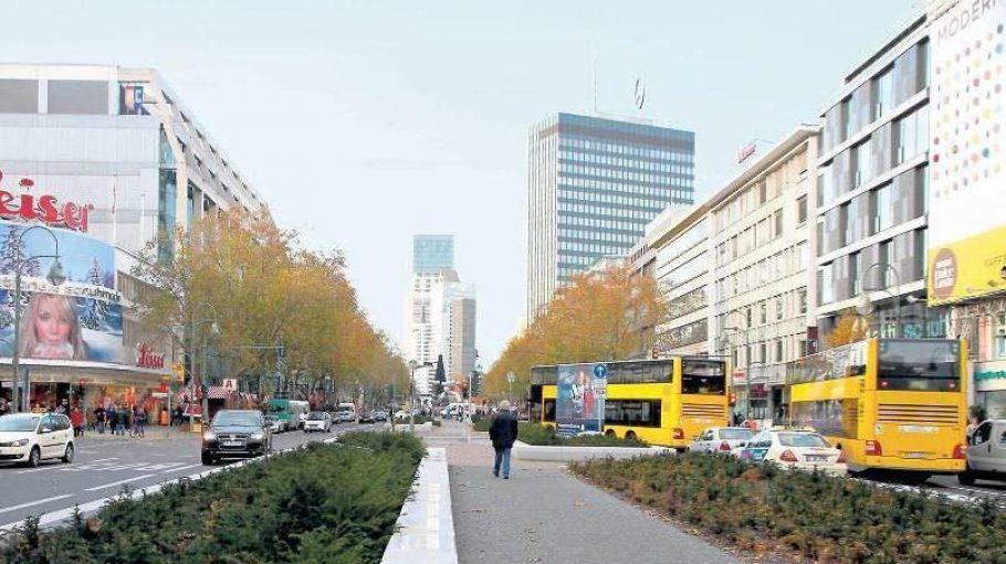Der neugestaltete Mittelstreifen auf der Tauentzienstraße: Granit und Eibenhecken.