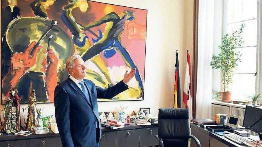"""Letzte Tage im Roten Rathaus. Der Regierende Bürgermeister Klaus Wowereit steckt den bevorstehenden Abschied """"nicht einfach so weg""""."""