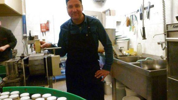 Der Meister und Saucenfritz in seiner Küche. Hier mischt J.D. Fritz seine leckeren Kreationen zusammen.