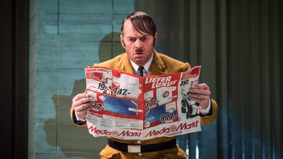 """Der Schauspieler Kristian Bader spielt Hitler im Stück """"Er ist wieder da"""" im Theater am Kudamm."""