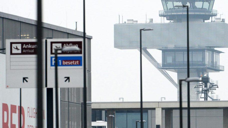 Der Tower der Flugsicherung auf dem Gelände des neuen Hauptstadtflughafens BER.