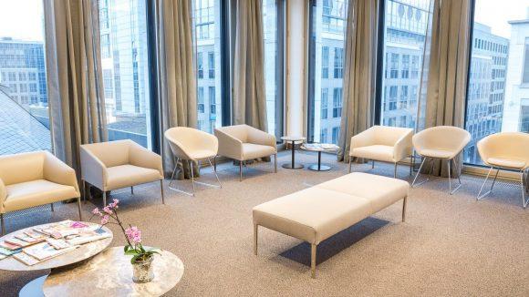 ...und im Wartezimmer mit Ausblick, schaffen für den Patienten ein angenehmes Ambiente.