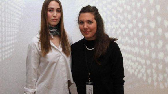 Designerin Elise Ballegeer aus New York mit Sitz in Berlin (rechts) mit Model.