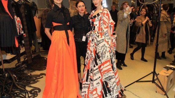Moderne Couture: Berliner Designerin I'VR Isabel Vollrath (Mitte) mit Models.