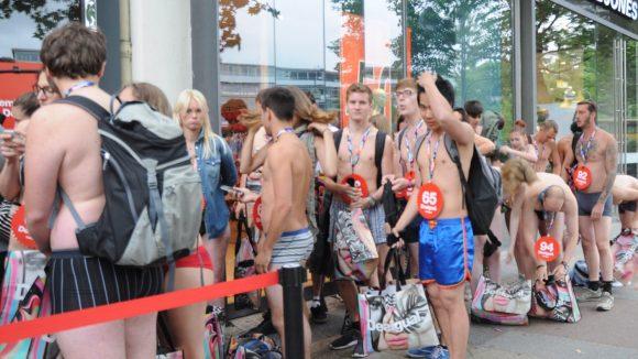 Runter mit den Klamotten: Die ersten 100 Halbnackten erhalten ein Gratis-Outfit.