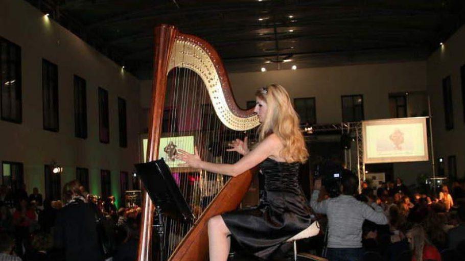 Musikbegleitung kam von Simonetta Ginelli an der Harfe.