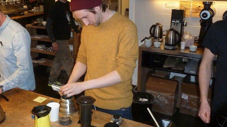 Der spätere Deutsche AeroPress Meister Mateusz Petlinski beim Abmessen der Kaffee-Temperatur.