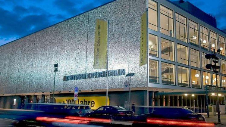 In der Deutschen Oper kannst du dem Ensemble heute ganz nahe kommen.