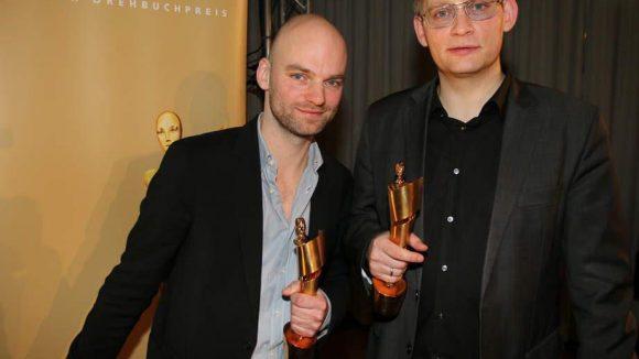 """Ebenjener Clemens Meyer (r.) wurde in der Landesvertretung von Rheinland-Pfalz mit dem Deutschen Drehbuchpreis 2015 ausgezeichnet - für ein gemeinsames Projekt mit Thomas Stuber (l.), """"In den Gängen""""."""