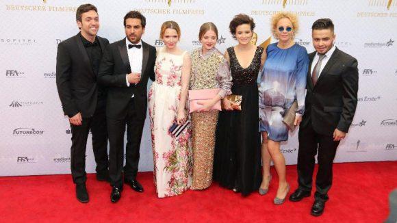 """Mussten sich mit dem 'Trostpreis' für den publikumsstärksten Film zufriedengeben: das Team von """"Fack Ju Göhte"""". Auch die ebenfalls nominierten Katja Riemann (2.v.r.) und Jella Haase (Mitte) gingen leer aus."""