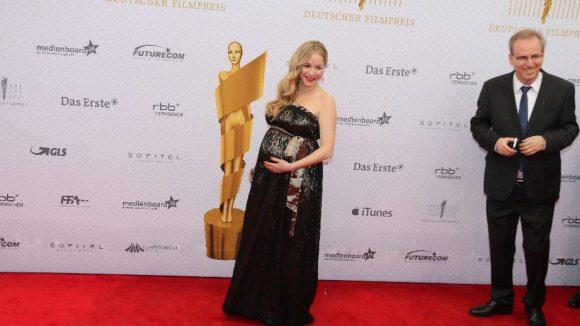 Sie hat dagegen noch schwer zu tragen: Schauspielerin Jasmin Schwiers.